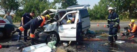 В Николаеве из-за столкновения микроавтобуса и грузовика погибли ребенок и двое взрослых