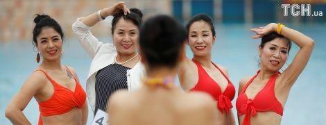 У бікіні й відвертих вбраннях: Reuters показало, як бабусі й дідусі змагалися на конкурсі краси в Китаї