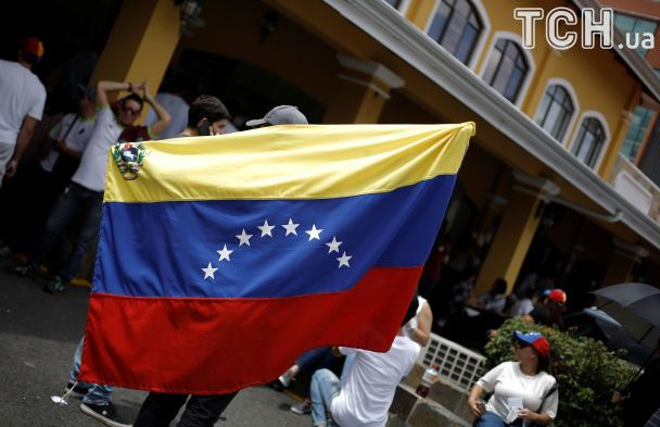 Прапори, бюлетені та загиблі унаслідок кривавої стрілянини: як у Венесуелі відбувся референдум