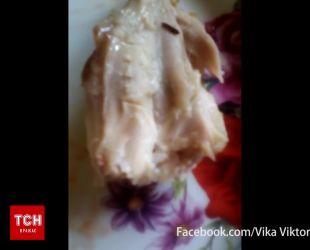 В Ужгороде в одном из супермаркетов местная жительница приобрела жареную курицу с червями