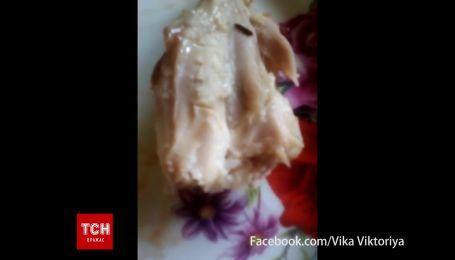 В Ужгороді в одному з супермаркетів місцева мешканка придбала смажену курку з хробаками
