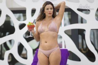 В новом бикини и с коктейлем: Ева Лонгория отдыхает у бассейна