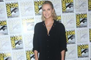 В платье-рубашке и кожаных ботфортах: Шарлиз Терон на кинофестивале в Сан-Диего