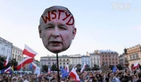 Злісні карикатури на Качинського і лампадки: як у Польщі протестували проти судової реформи
