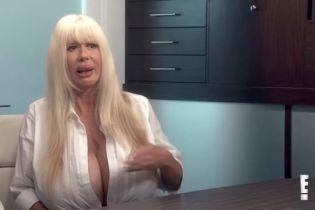 Американська порнозірка з величезними грудьми поскаржилася, що в неї течуть імпланти
