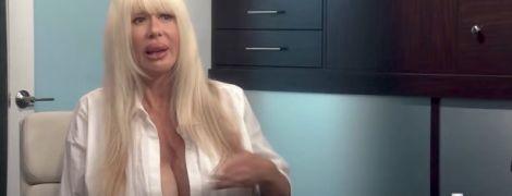Американская порнозвезда с огромной грудью пожаловалась, что у нее текут импланты