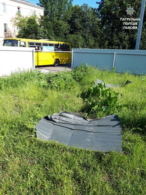 У Львові нетверезий водій без прав протаранив два паркани