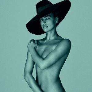 Голая и в шляпе: Ирина Шейк предстала в новом неожиданном фотосете