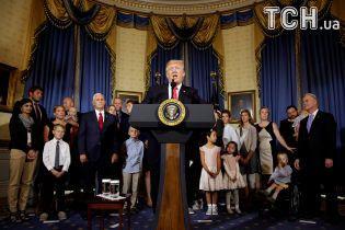 Дивно намальовані брови невідомої привернули увагу юзерів під час промови Трампа в Білому домі
