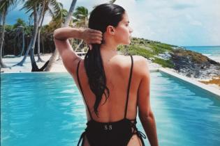 Каникулы в Мексике: сексуальная Сара Сампайо похвасталась ягодицами у бассейна