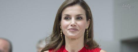 В красном платье и питоновых босоножках: королева Летиция продемонстрировала новый деловой образ