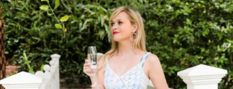 В кружевном платье и с бокалом в руках: Риз Уизерспун на свадьбе друзей