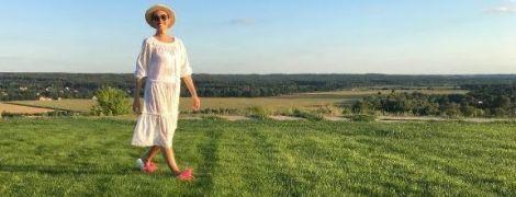В кружевном платье и шляпе: Катя Осадчая показала, как отдыхает в горах