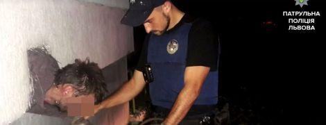 У Львові крадій застряг у підвальному вікні, втікаючи від патрульних