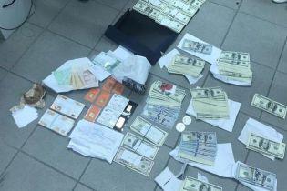 """У пойманного на взятке чиновника """"Укрзализныци"""" обнаружили незадекларированные золотые слитки и валюту"""