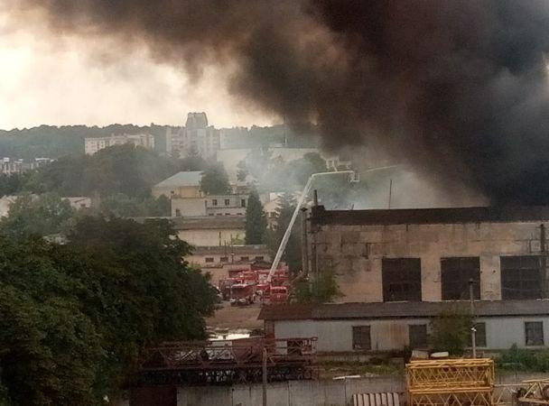 Размещены фото ивидео сильного пожара назаводе воЛьвове