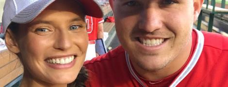 В коротких шортах и кепке: супермодель Бьянка Балти сыграла в бейсбол