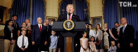 Странно нарисованные брови неизвестной привлекли внимание юзеров во время речи Трампа в Белом доме