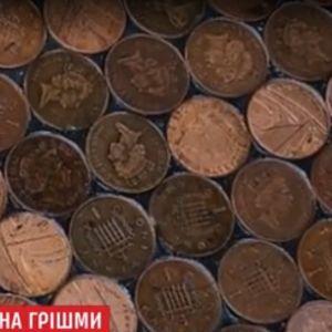 Владелец парикмахерской выложил пол из монет, чтобы проучить жадных строителей