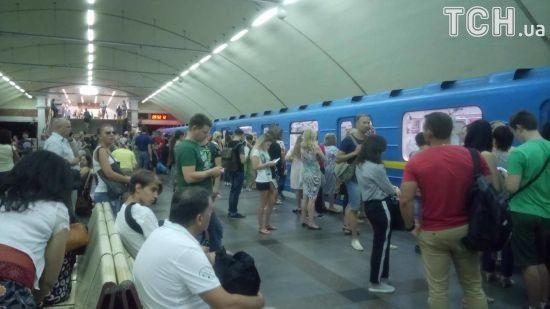 Через зламаний поїзд у Києві були закриті дві станції метро