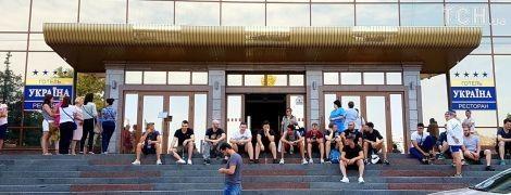 """В центре Киева неизвестный """"минировал"""" гостиницу, где поселились футбольные фанаты"""