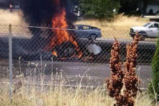 В США самолет упал на автостраду, есть погибшие