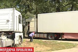 Епопея з гниллю: фура з тухлою рибою виїхала з Києва, лишаючи по собі смердючий слід