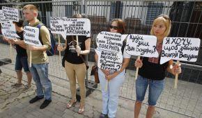 Під російським посольством у Києві активісти на ходулях вимагали знайти зниклих безвісти кримчан