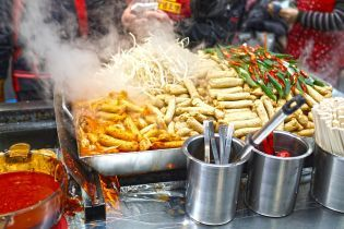 Украинцы до сих пор с недоверием покупают уличную еду: как выбрать качественный продукт