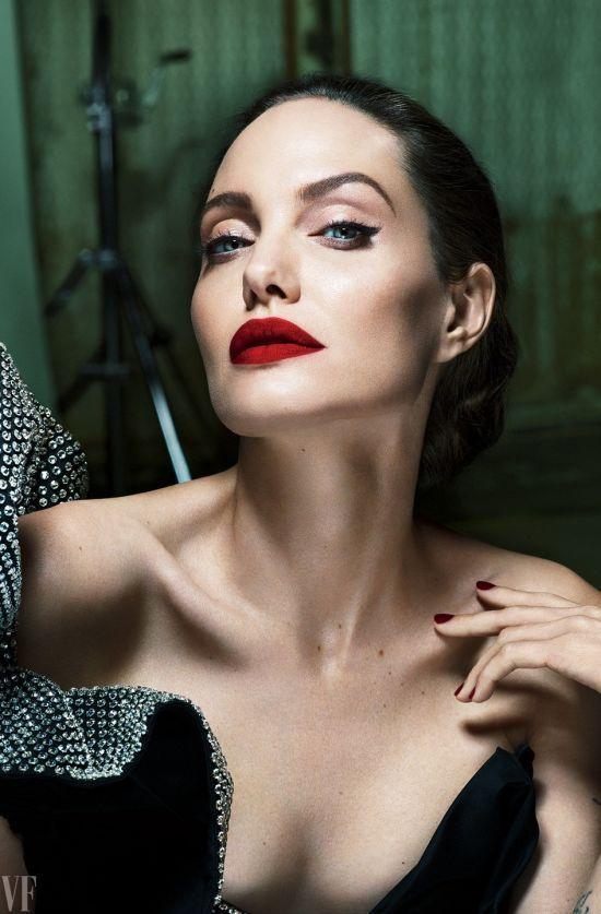 Femme fatale: розкішна Анджеліна Джолі в образі жінки-вамп прикрасила сторінки глянцю