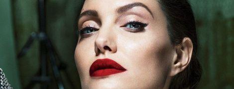 Femme fatale: роскошная Анджелина Джоли в образе женщины-вамп украсила страницы глянца