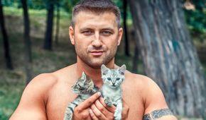 Полуобнаженные красавцы снялись в волонтерском фотопроекте с котятами и щенками