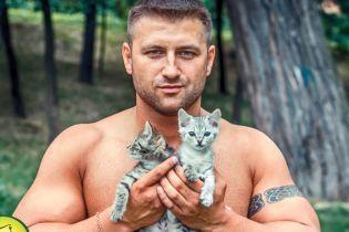 Напівоголені красені знялися у волонтерському фотопроекті з кошенятами й цуценятами