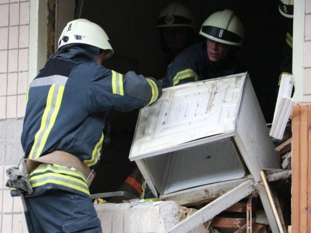 Із київського будинку після вибуху відселили 36 людей, кінологи шукають постраждалих в завалах