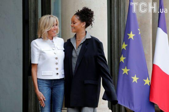 Вбрання з чужого плеча: Ріанна у завеликому чоловічому костюмі зустрілася із першою леді Франції