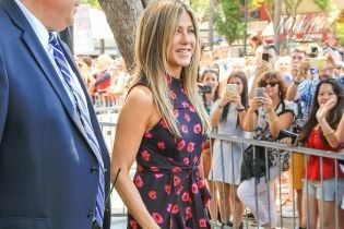 """В ярком платье и отличном настроении: Дженнифер Энистон пришла на """"Аллею славы"""" в Голливуде"""