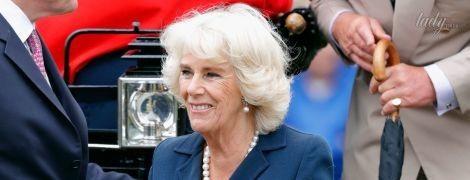 В синем жакете и платье в горох: 70-летняя герцогиня Камилла вышла в свет в любимом наряде