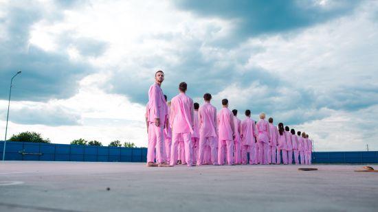 """Рожевий-рожевий Барських у рожевому-рожевому басейні: співак випустив """"ванільний"""" кліп"""