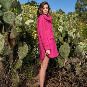 Готовится к осени: Миранда Керр в пальто и ботинках позировала на фоне кактусов