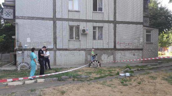 У Миколаєві дворічний малюк випав з вікна 4-го поверху