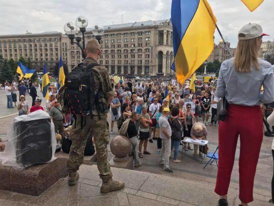 """Крики """"Ганьба"""" та українські прапори. На Майдані зібралися прихильники Саакашвілі"""