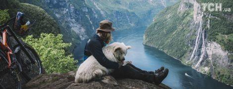 На велосипеде и с верным псом. Reuters показал впечатляющие фото путешественника в Норвегии
