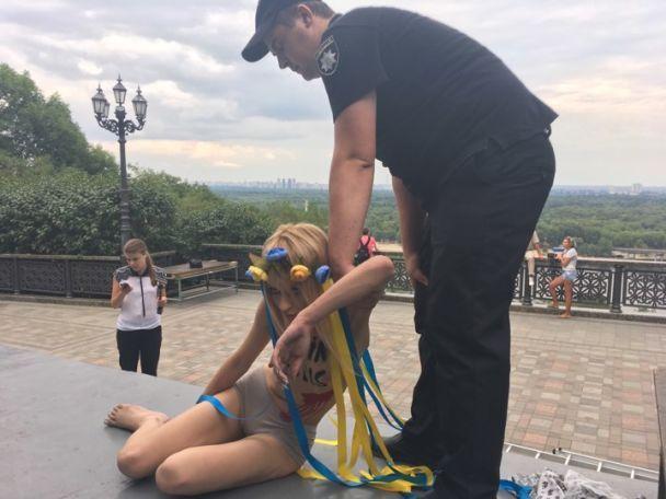 Картинки по запросу голая активистка на украине