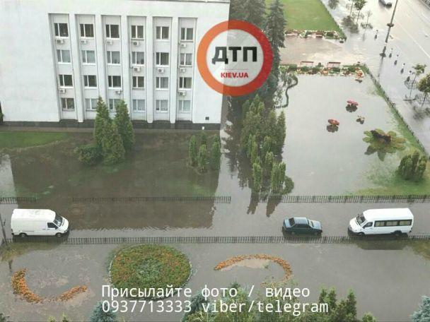 Затоплені вулиці та повалені дерева: наслідки апокаліптичної негоди у Києві