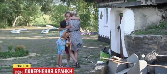 Врятована з сексуального рабства в Києві неповнолітня зустрілася з матір'ю. Ексклюзив ТСН