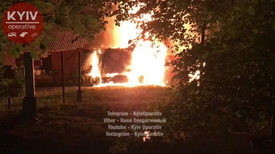 У Києві через пожежу сміттєвоза евакуювали людей