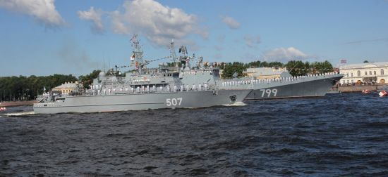 У Петербурзі непізнаний вертоліт пролетів у небезпечній близькості від військових кораблів РФ
