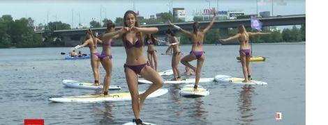 """Претенденток на звание """"Мисс Украина"""" заставили забавно балансировать на воде"""