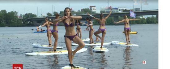 """Претенденток на звання """"Міс Україна"""" примусили кумедно балансувати на воді"""