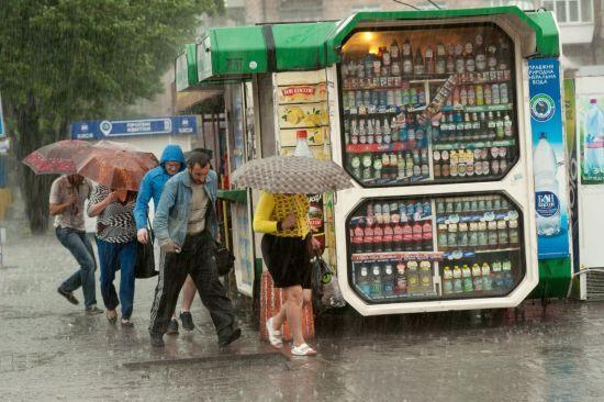 """До України насувається """"тропічна"""" погода із сильними зливами та температурою до 37 градусів"""